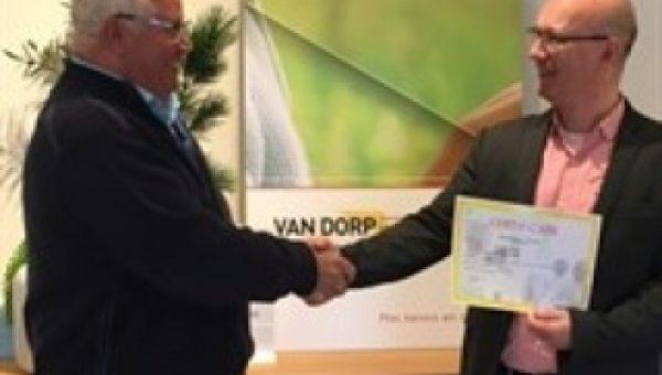 Het Van Dorp opleidingscentrum reikt het eerste officiële certificaat 'Warmtepompen' uit