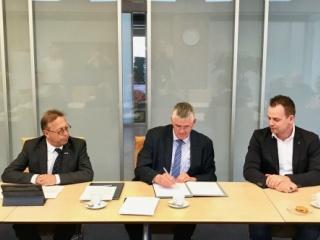 Burgemeester Baars tekent contracten met BAM en WSi Techniek voor verbouwing gemeentehuis Ermelo