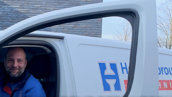 Hoppenbrouwers reikt eerste elektrische bedrijfsbus uit